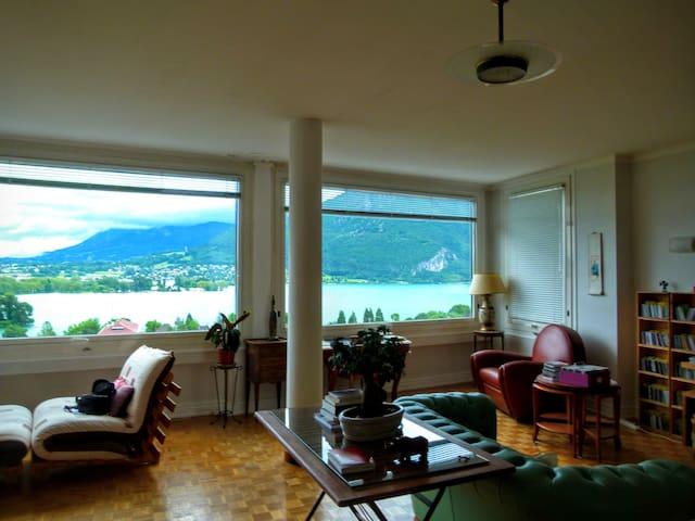 spatieux appartement vue sur le lac annecy centre appartements louer annecy auvergne. Black Bedroom Furniture Sets. Home Design Ideas