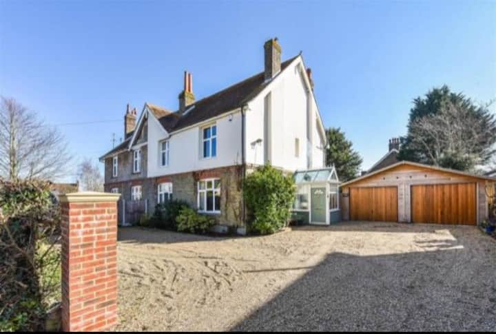 Spacious home ideal for Goodwood Festival stays.