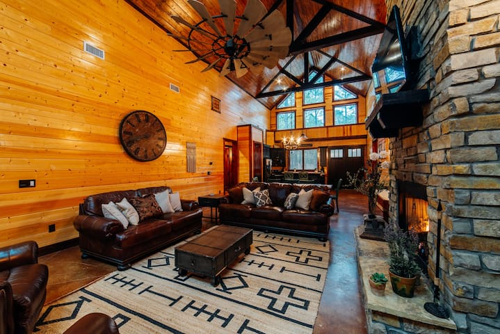 Stone Hollow Luxury 4 Bedroom Single Story cabin Walking Distance to Pine Hill Fishing Pond.