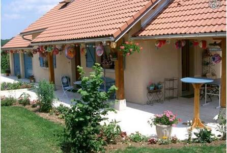Chambre au calme, terrain, dans maison de village - Lantenay