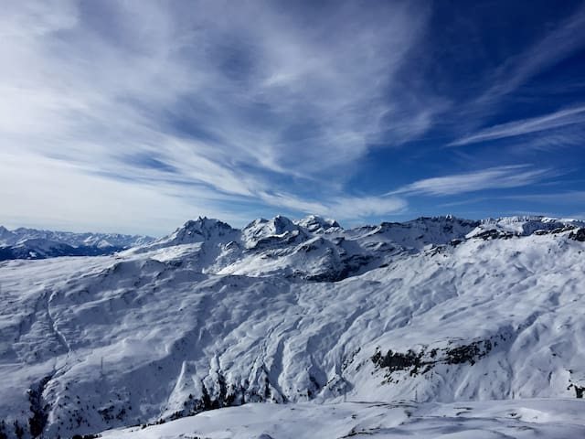 LAAX apt, walking distance of ski lift +sauna&pool