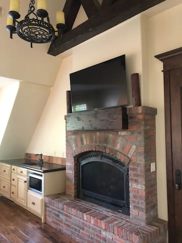 Beautiful fire place. Sink, microwave, pull out drawer refridgerater.