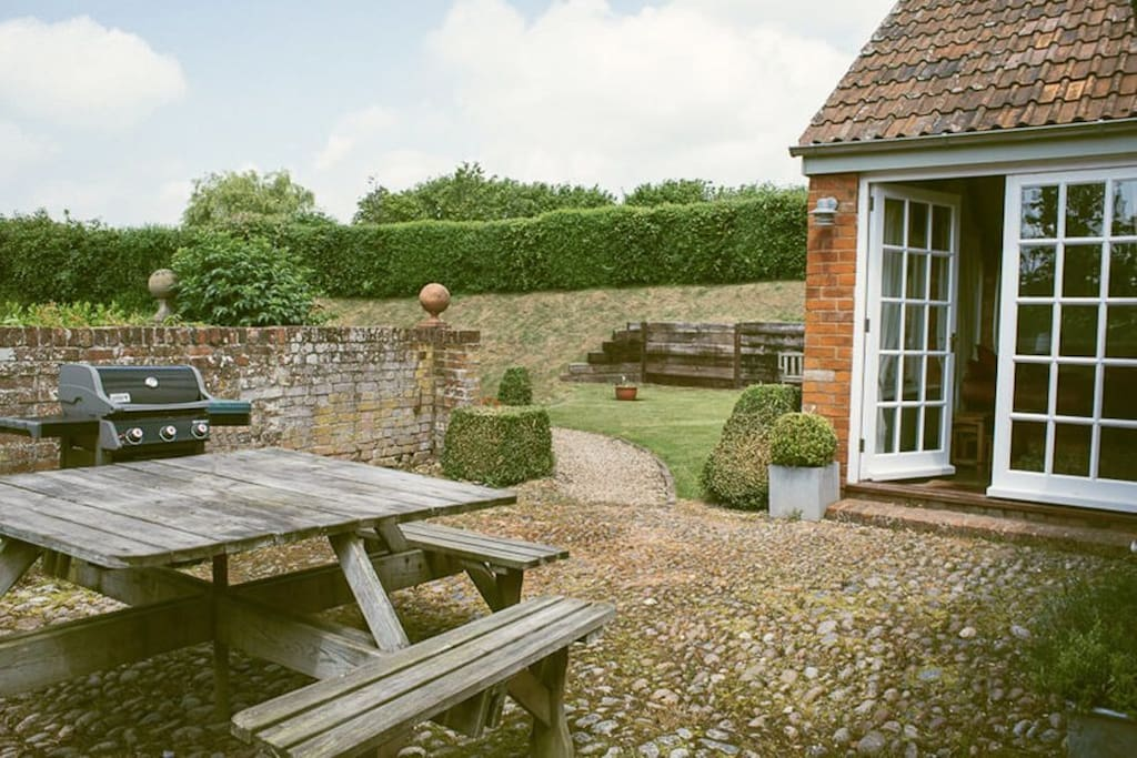 Elliotts House - Sun trap courtyard with garden furniture and a gas barbecue, perfect for al fresco dining