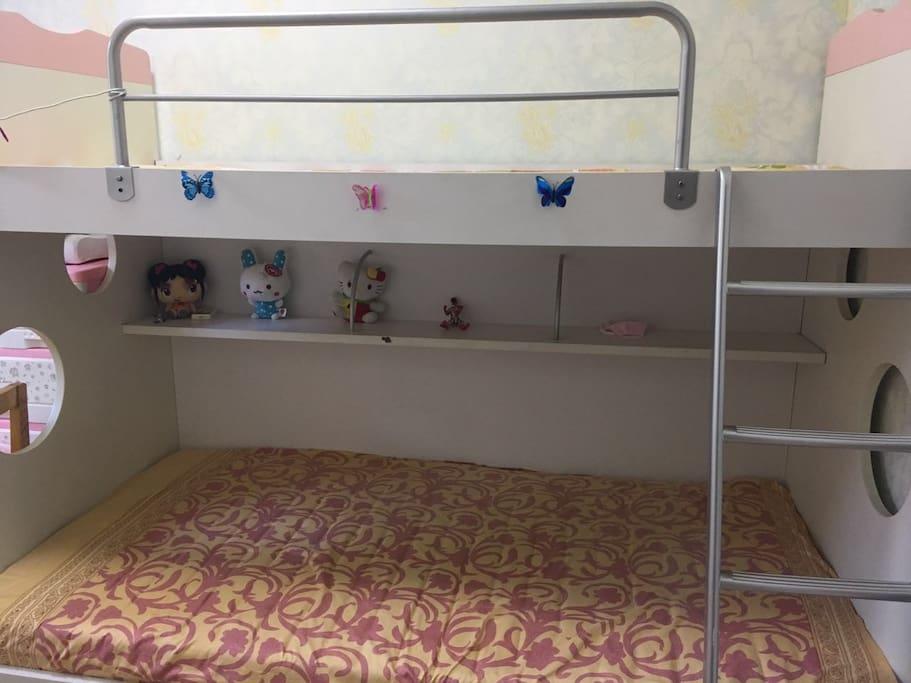 次卧带多喜爱品牌高低铺,独立书桌书架,空调