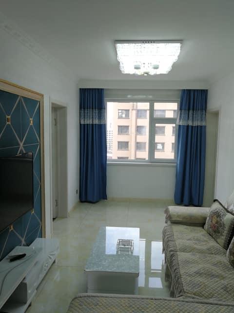 温馨电梯日租房,位于弘康丽苑,二十四小时热水,百兆光纤,两室一厅,现代时尚装修风格,舒适安静。