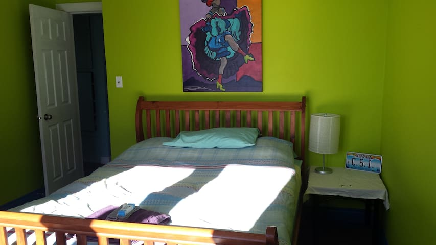 Cozy mountain view room heart of Rossland, 1 of 2r - Rossland - Hus