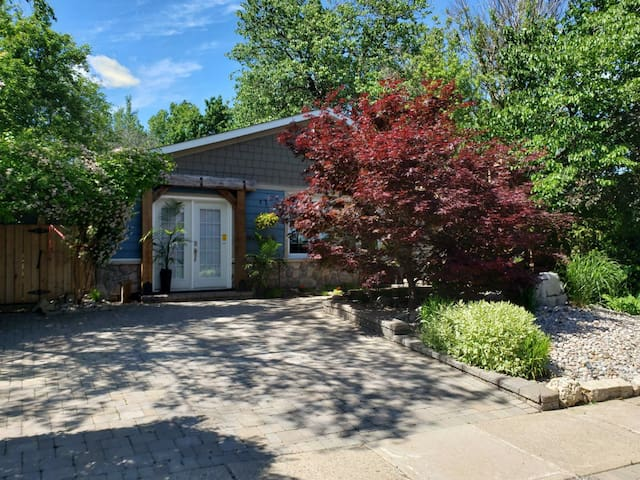 A Calming Garden room on Ferris - New Listing