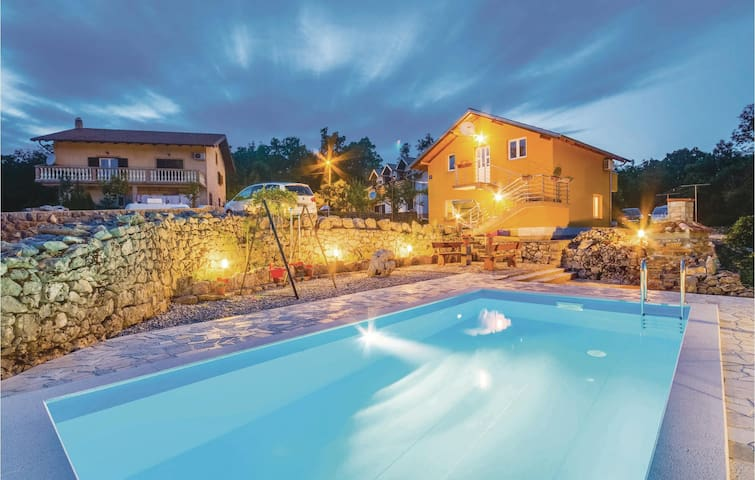 Holiday cottage with 2 bedrooms on 101m² in Viskovo