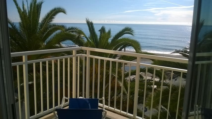 Beach front apartment with sea view - Finale Ligure - Apartamento