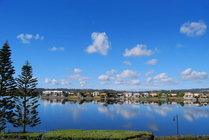 Overlooking the beautiful Lake Orr - Varsity Lakes - Townhouse