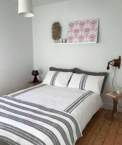 Bright double room in ideal Penarth location