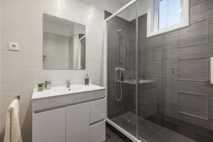 2nd Bathroom with a good pressure shower