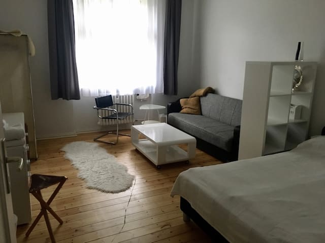 Cosy & spacious room close to subway - Berlín