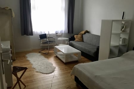 Cosy & spacious room close to subway - Berlim