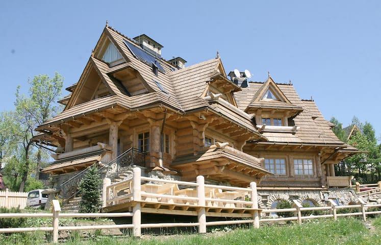 Dwusobowy pokój  nr 10 w pieknym drewnianym domu