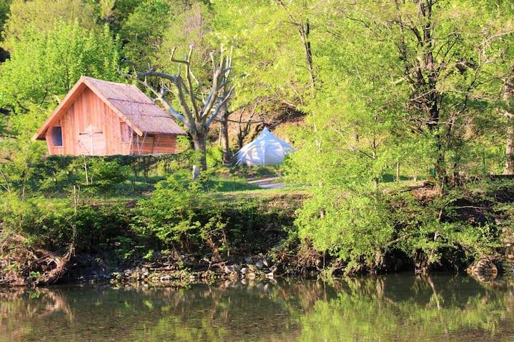 Cabane Châtaigne perchée sur terrasse Cévenole