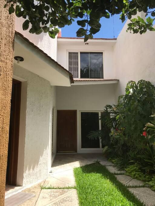Acceso a la casa, jardin con cochera privada para un auto o camioneta, la casa es de dos plantas.