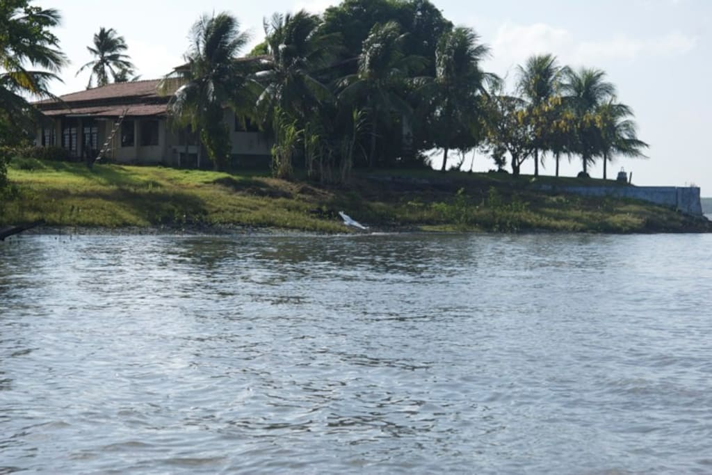 a ilha vista pelo mar...