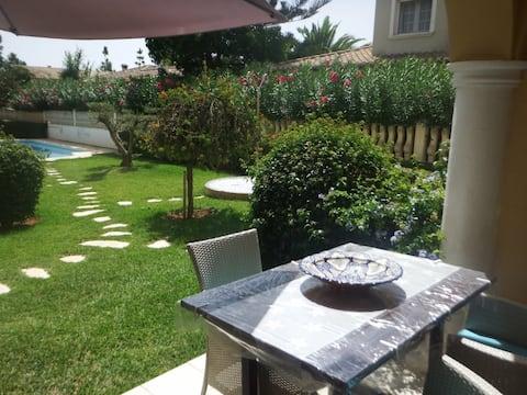 Precioso adosado con Jardín en una pequeña urbanización muy tranquila y bien comunicada.