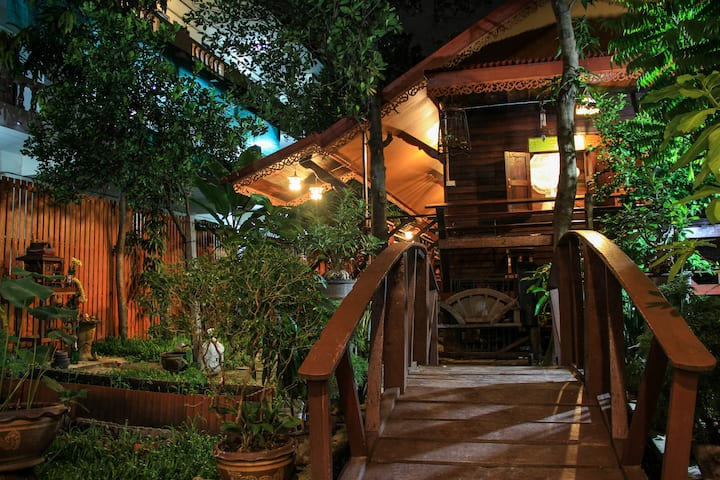 Fahsai Homestay Cozy Wooden Antique House, BRT
