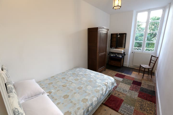 Bedroom / Chambre - 5 Double bed / Lit double