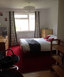 Double room for single occupancy & ensuite shower - Wokingham