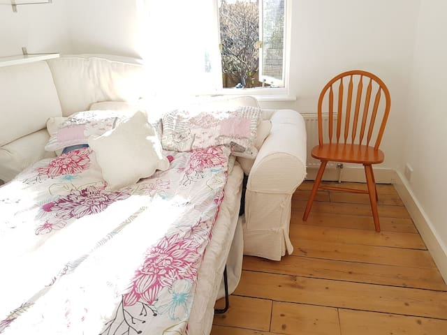 SUPER central quiet small double room