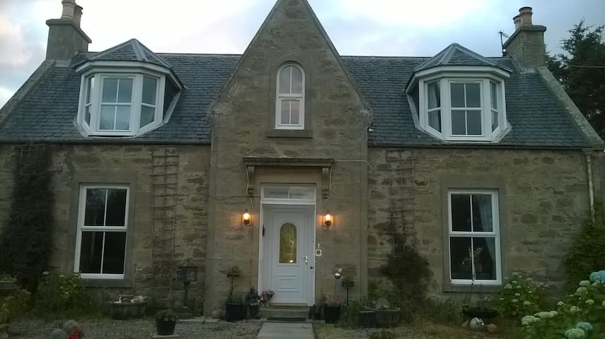 Newton Of Petty Farmhouse - Dalcross - Bed & Breakfast