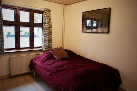 Privat værelse med halvandenmandsseng
