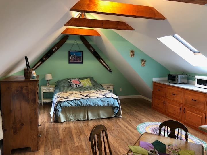 Cozy & Private Studio Apartment (Pet Friendly!)