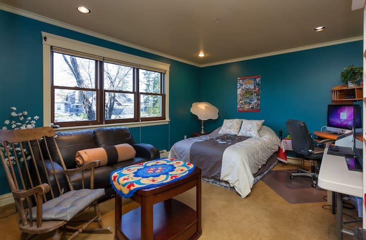 Lg Rm w/Ensuite, Close-in Luxury - Calgary - Haus