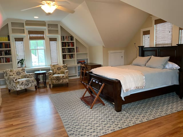 Bright and cheerful suite near the Savannah River