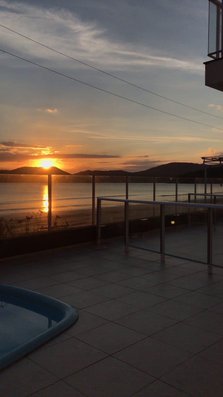 Sobrado de 3 quartos, 2 vagas e piscina Beira mar