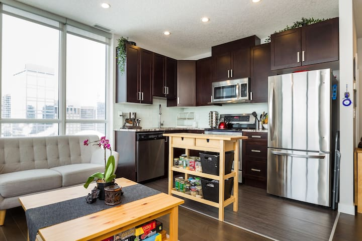 Modern Downtown Condo, Private Room, Friendly Host