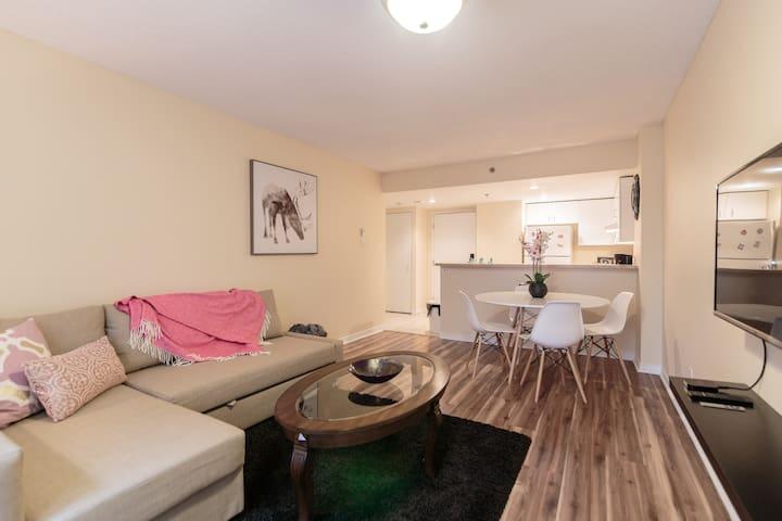 Cozy & Modern condo DOWNTOWN + Free Indoor Parking