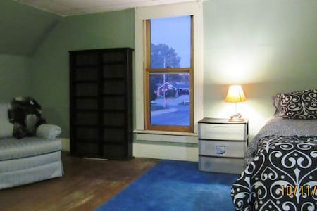 Sunset Loft - roomy, private, quiet - Mount Vernon - House