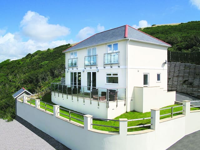 Luxury five-star pet friendly home with stunning sea views, 300m from the beach - Downderry - Hus