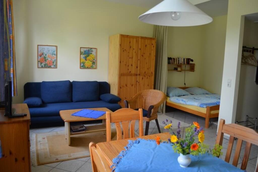 Neben dem Bett gibt es eine Ausziehcouch die für zwei weitere Gäste, sprich insgesamt 4 Gäste genutzt werden kann.