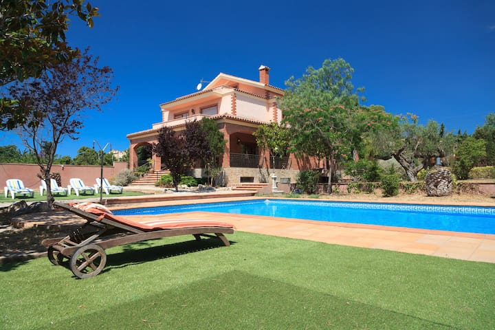 AWESOME VILLA WITH LARGE GARDEN AND POOL - UHC VILLA BOTARELL