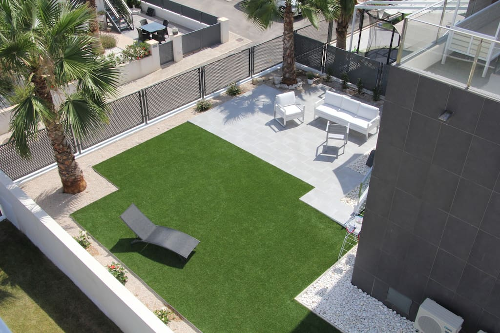 Private garden with lounge furniture, barbecue and terraces