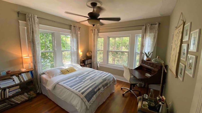 The Bird's Nest:Sunny Garden Bedroom Near Downtown