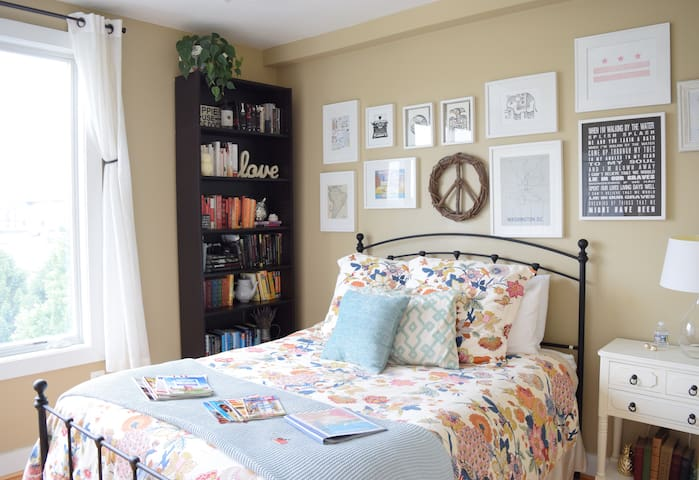 Charming suite for 1 or 2 in beautiful townhouse