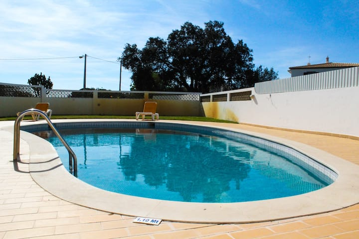 4 Bedrooom villa with gated pool located between Olhas da Agua and Albuferia