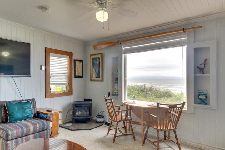 Beachfront cabin w/ a gas fireplace & ocean views - walk to Nye Beach shops!