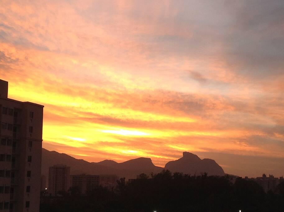 Vista da varanda com nascer do Sol na Pedra da Gávea.