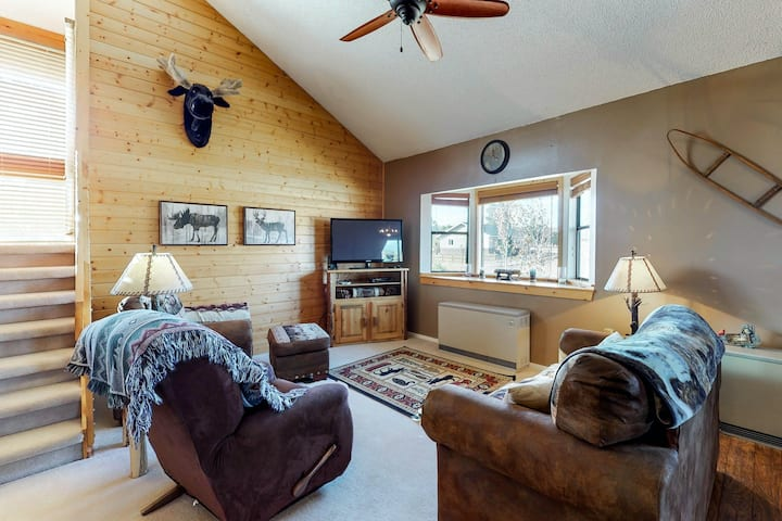 Comfortable mountain home w/loft, deck, grill, & fire pit. Close to water!