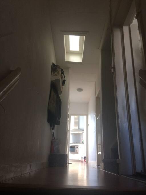 Bij binnenkomst de hal, richting slaapkamer, wc, badkamer, keuken en balkon