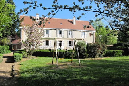 Loue gîte de groupe pour 16-18 pers (min 10 pers) - Saint-Gengoux-le-national - House