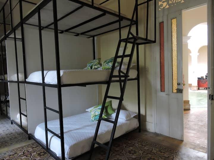 Cama en dormitorio compartido mixto de 8 camas