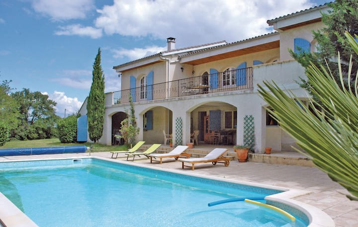 Amazing home in Montélimar with WiFi and 4 Bedrooms